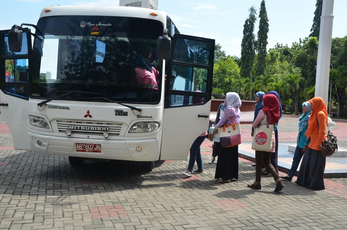 UNY-mahasiswa memasuki shuttle bus