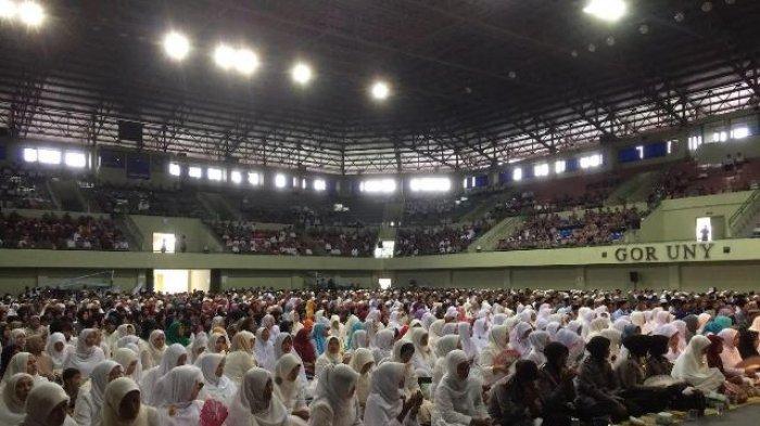 ribuan-orang-panjatkan-doa-bersama-di-gor-uny